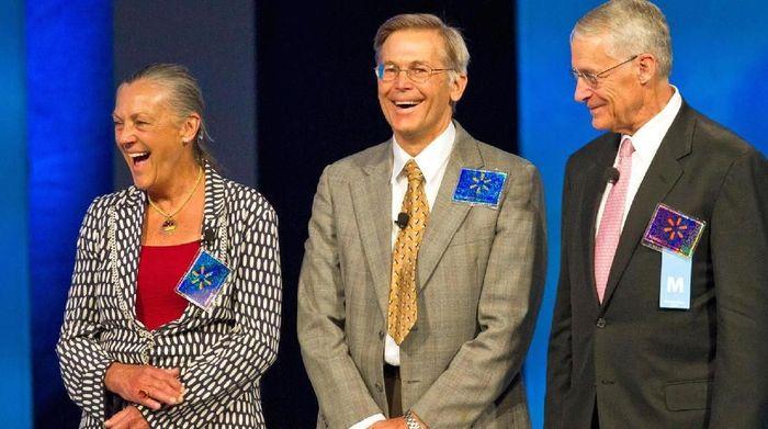 Dari kiri ke kanan: Alice Walton, Jim Walton, Rob Walton. Anak mendiang Sam Walto, pendiri WalMart. Foto: CNBC