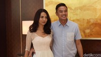 Belum lama ini Vanessa berpacaran dengan Bripka Lingga. Ia pun menggandengnya dan mengajak ke sebuah acara di Kawasan Jakarta Selatan. Foto: Vanessa Angel dan pacar (Noel/detikHOT)