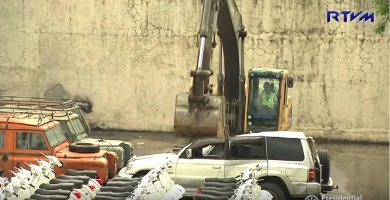 Mobil dan motor selundupan digilas di Filipina. Foto: Screenshot Youtube/RTVMalacanang