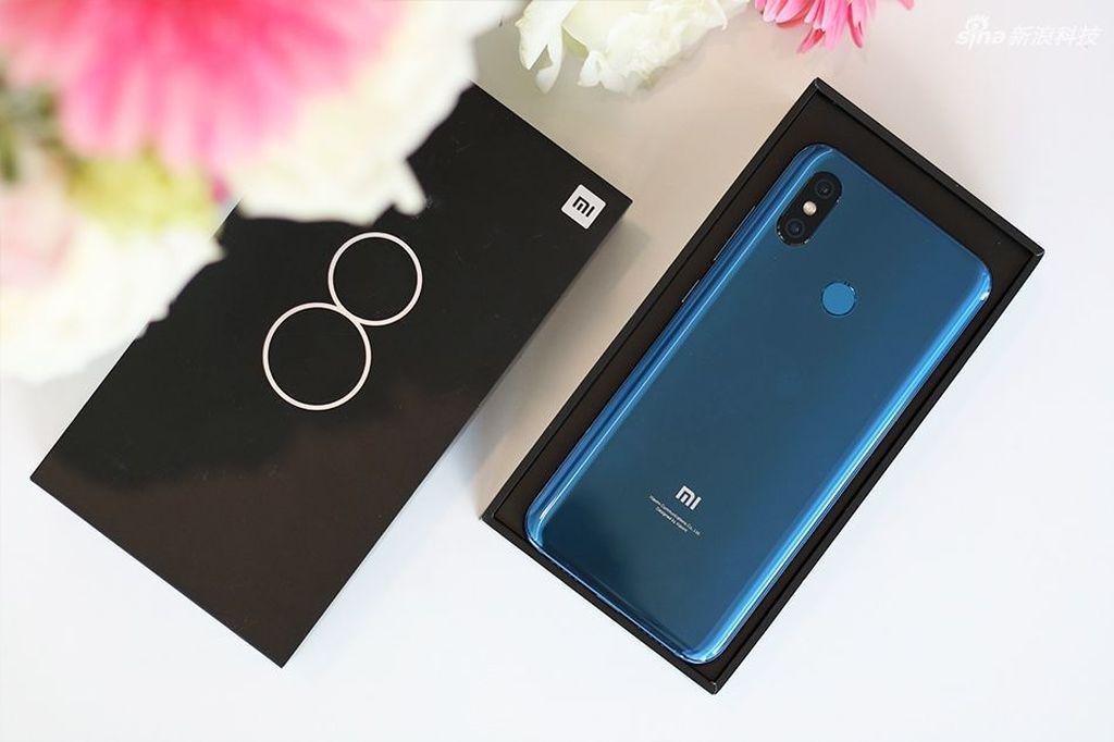 Ponsel ini sejatinya Mi 7. Tapi lantaran Xiaomi merayakan hari jadinya ke-8, alhasil penerus Mi 6 diberi nama Mi 8. Foto: Sina Mobile
