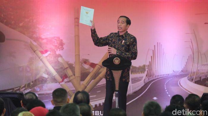 Foto: Presiden Jokowi membagikan sertifikat tanah ke warga Jakarta Timur dan Bekasi (Andhika/detikcom)