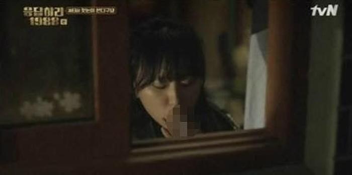 Ryu Hye Young melakukan adegan merokok dalam drama populer Reply 1988. Terpampang jelas di layar kaca, membuat penggemarnya berspekulasi bahwa ia benar-benar seorang perokok. Karena adegan tersebut, Komite Komunikasi Korea menentang adegan itu dan menganggapnya sebagai salah satu pendorong anak muda untuk merokok. Foto: Koreaboo