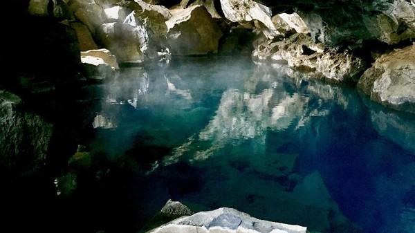 Foto: Selain permukaan kolam yang seperti cermin raksasa, suasana gua yang gelap dan asap yang keluar dari celah-celah bebatuan menambahkan kesan magis (raouldubut/Instagram)