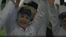 Lotte Mikkelsen merupakan pelatih yoga tertawa bersertifikat. Kali ini, ia memberikan praktik yoga tertawa di sebuah pabrik di Inggris.