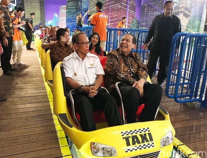 Mengaku sudah sekian lama tidak menaiki wahana roller coaster, Plt. Wali Kota Bogor, Usmar menjajal wahana roller coaster bersama Chairman CT Corp, Chairul Tanjung di Transtudio Mini, Transmart Carrefour Yasmin, Bogor. Dok.Carrefour.