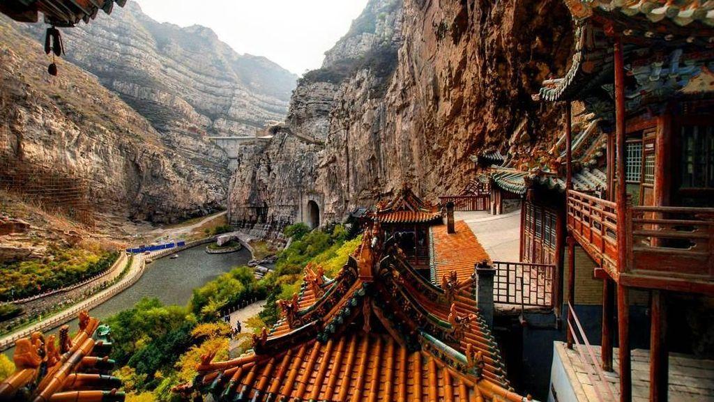 Cantik Tapi Ekstrem, Kuil Menempel di Tebing dari China