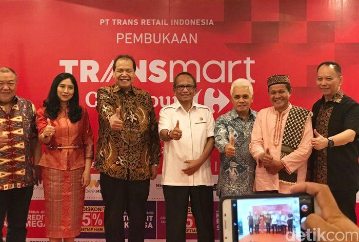 Chairman CT Corp, Chairul Tanjung bersama Hatta Rajasa, Plt Wali Kota Bogor, Usmar Hariman, Direktur PT Bogor Jasmin Lestari, Johannes Karundeng, dan pimpinan Transmart Carrefour lainnya meresmikan Transmart Carrefour ke-111 di Bogor. Istimewa/Dok.Carrefour.