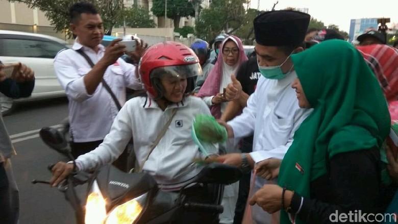 Abu Merapi Sampai Semarang, Taj Yasin Ikut Bagi-bagi Masker