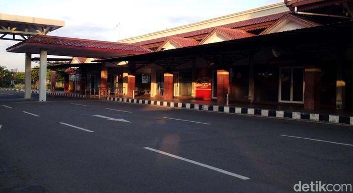 Menurut Corporate Communication Angkasa Pura I Awaluddin bandara Adi Soemarmo akan ditutup sementara hingga pukul 18.30 WIB. Penutupan tersebut dilakukan selama tiga jam.