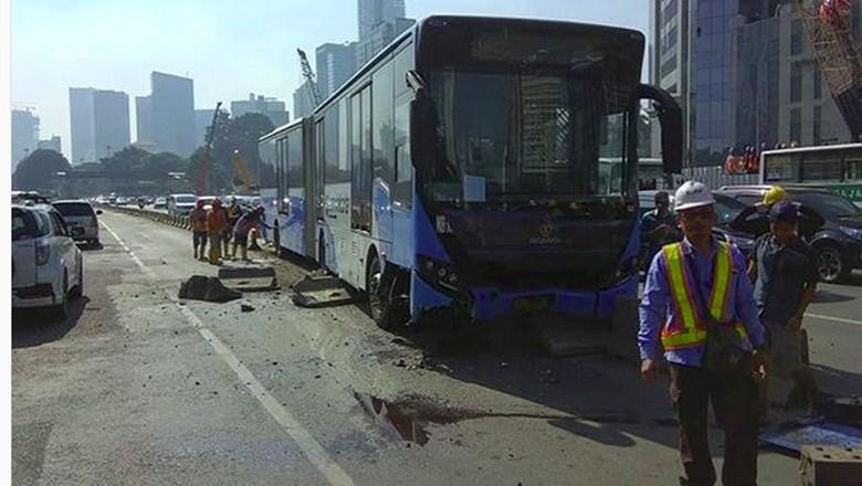 Bus TransJ Tabrak Separator di Sudirman