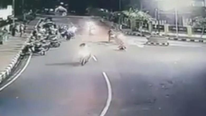 Viral, Video Remaja Terpental Saat Diseret Pakai Sepeda Motor