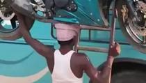 Viral Video Pria Angkat Motor di Atas Kepala, Kok Bisa Ya?