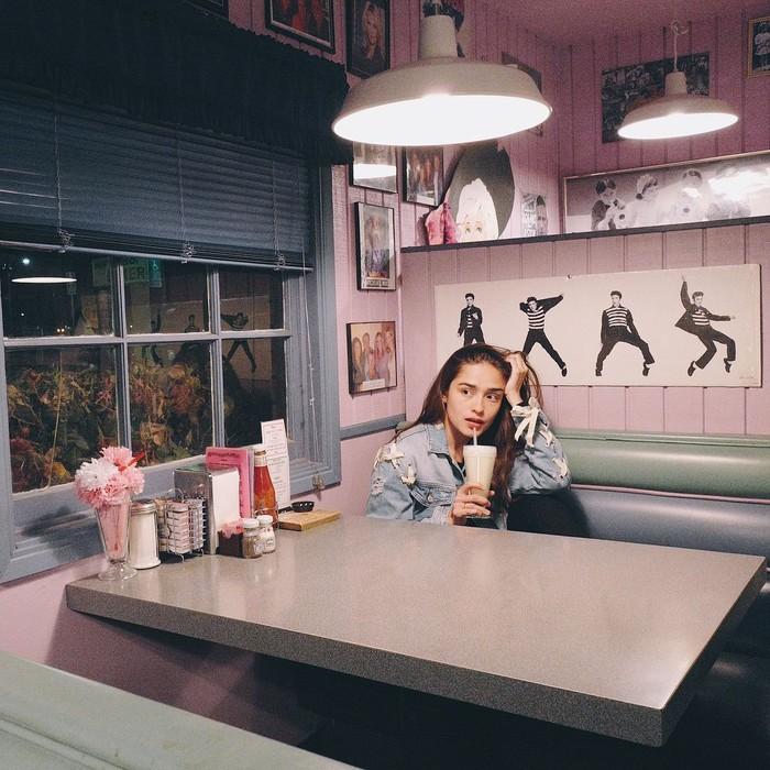 Tampak masih seperti gadis remaja. Yasmin Leeds Wildblood terlihat asyik menikmati milkshake di kafe. Foto: Instagram @yaswildblood