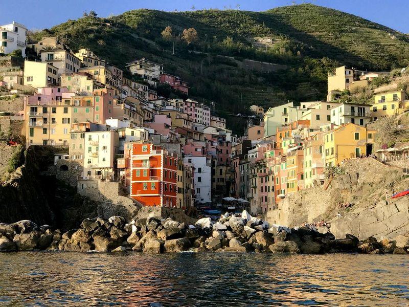 Cinque Terre adalah 5 desa cantik yang berada di kawasan pesisir Liguria, Italia. Desa cantik pertama yang bisa dikunjungi wisatawan yaitu Desa Riomaggiore. (Innez Lawry/Istimewa)