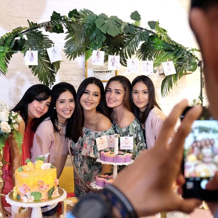 Menghadiri acara baby shower Nabila Syakieb. Ibu satu anak berusia 25 tahun ini pun berfoto dengan ragam cake yang cantik. Foto: Instagram @yaswildblood