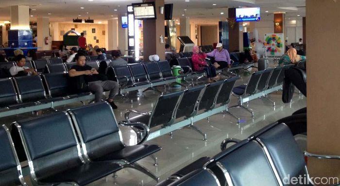 Terlihat hanya ada beberapa orang di ruang tunggu bandara.