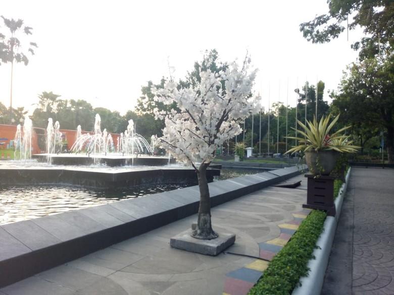Dicabut dari Trotoar, Kini Pohon Imitasi Dipasang di Balai Kota