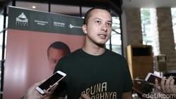 Video Nicholas Saputra Hadang Pemotor Bule di Trotoar