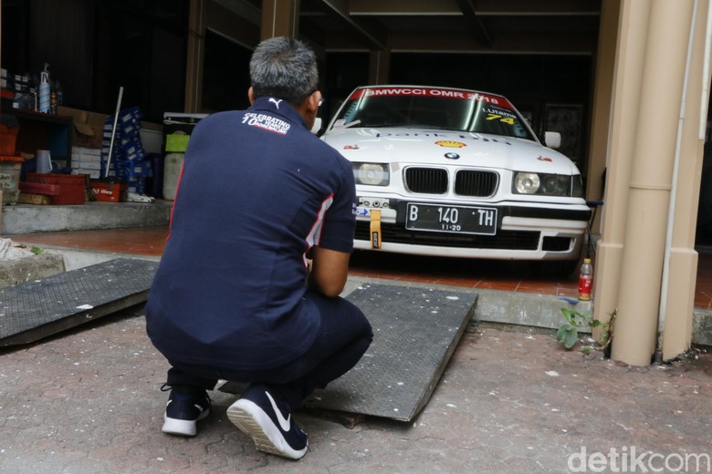 Gerry Nasution dan mobil kesayangan. Foto: Khairul Imam Ghozali