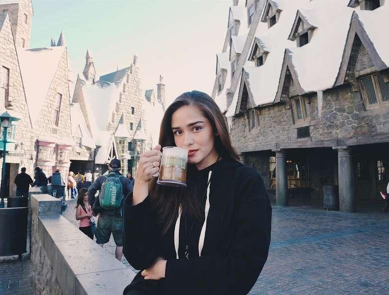 Sedang mengunjungi The Wizarding of Harry Potter di Universal Studios. Yasmine terlihat mencicip Butter Beer yang jadi ikon di sana. Foto: Instagram @yaswildblood