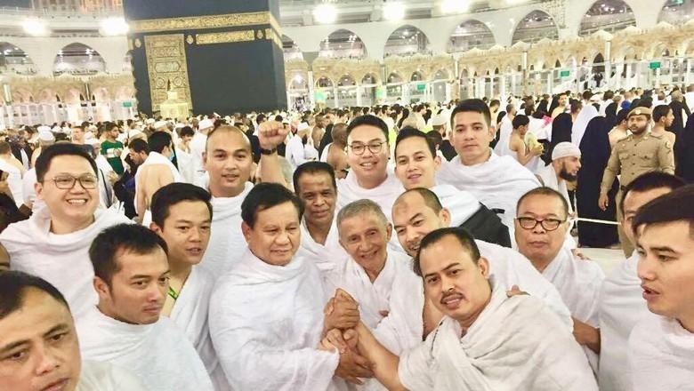 Foto: Salam Komando Prabowo-Amien Rais di Depan Kakbah