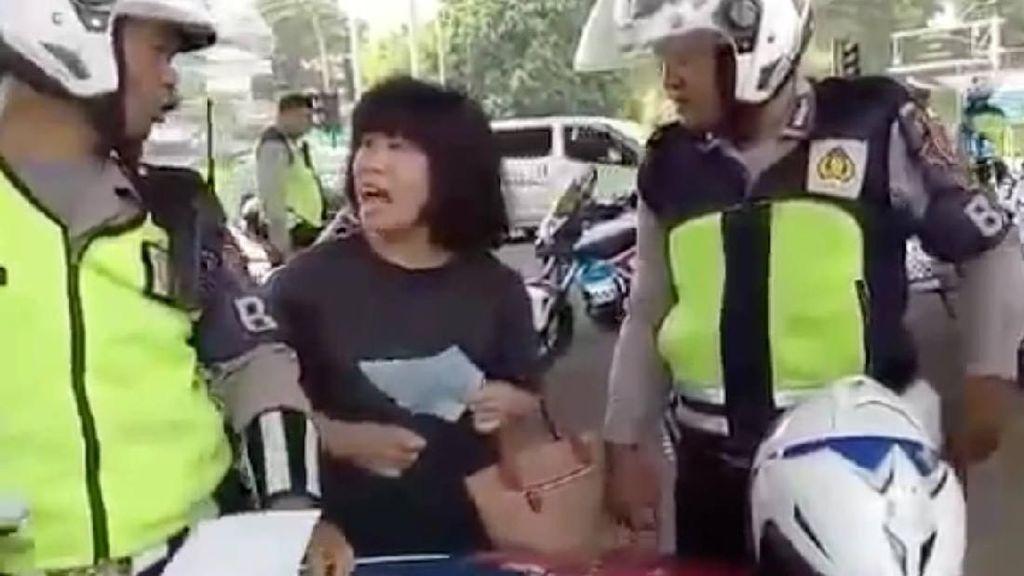 Ibu-ibu Ngamuk Ditilang, Ini Respons Kakorlantas