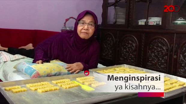 Walau lumpuh, Bu Jaya ingin tetap aktif. Antara lain dengan membuat kue lebaran meski hanya untuk keluarga yang dicintainya.