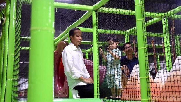 Jokowi menemani Jan Ethes di wahana Dream Playground