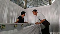 Tangis Keluarga Saat Persemayaman Agus, Korban Bom Gereja di Surabaya