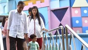 Saat Jokowi Ngabuburit Ajak Cucu Main ke Dufan