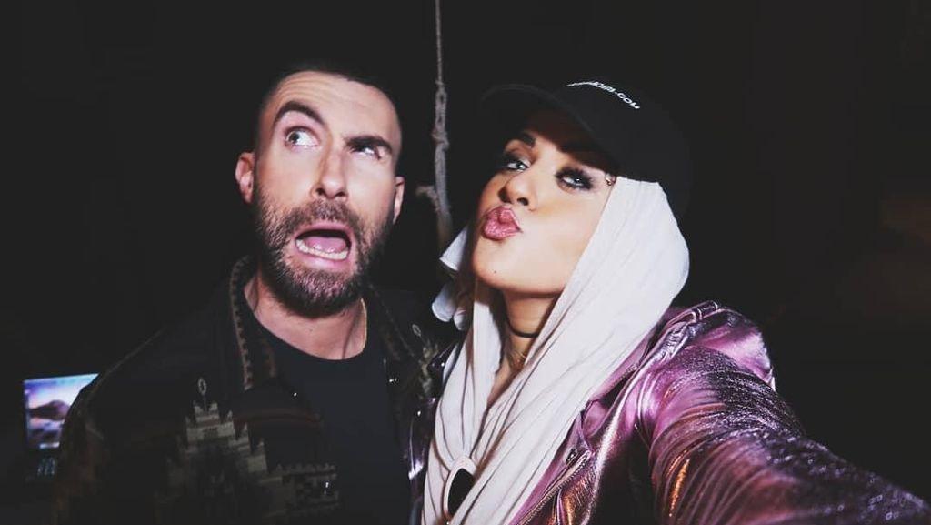 Ada Dua Hijabers Muncul di Video Klip Maroon 5 Bareng Gal Gadot
