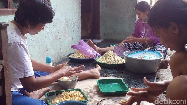 Produsen jajanan lombok-lombokan di Jepara
