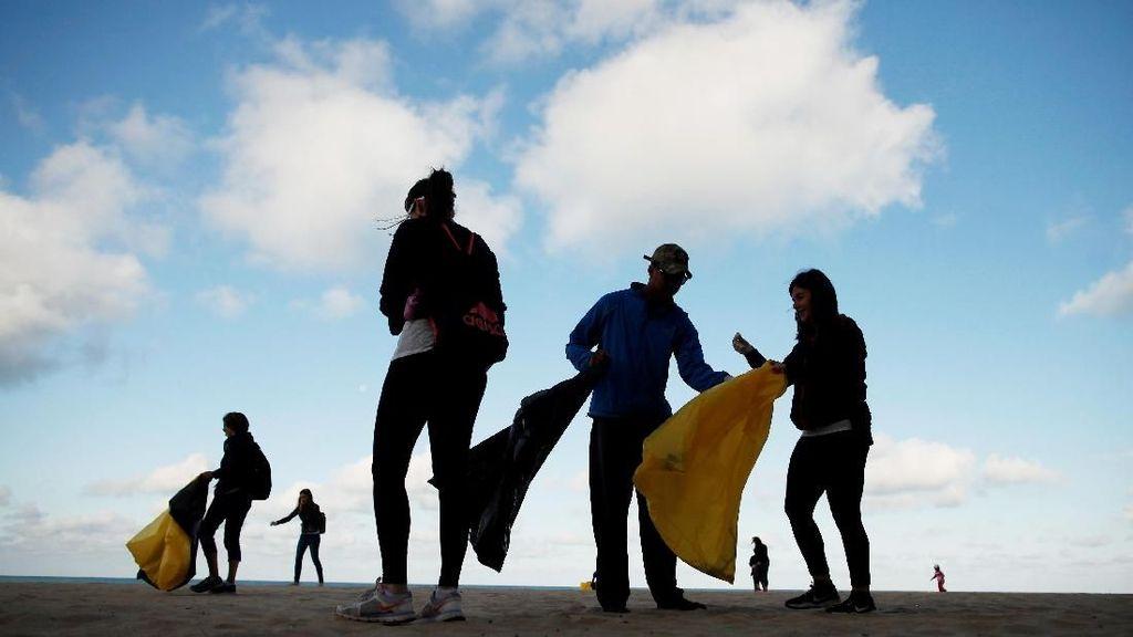 Aksi Bersih-bersih Pantai Jelang Hari Lingkungan Hidup Sedunia