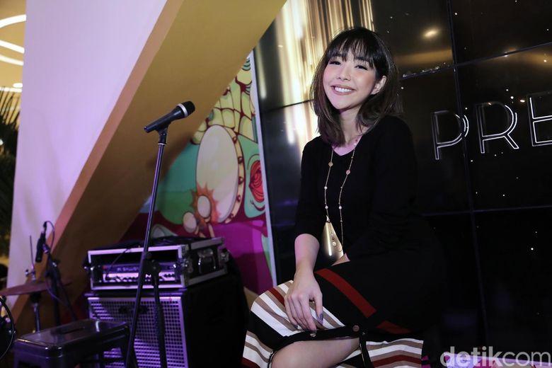 Gisel tampil dengan baju hitam dan rok bergaris saat menghadiri acara di Kuningan City, Jakarta Selatan. Foto: Hanif/detikHOT