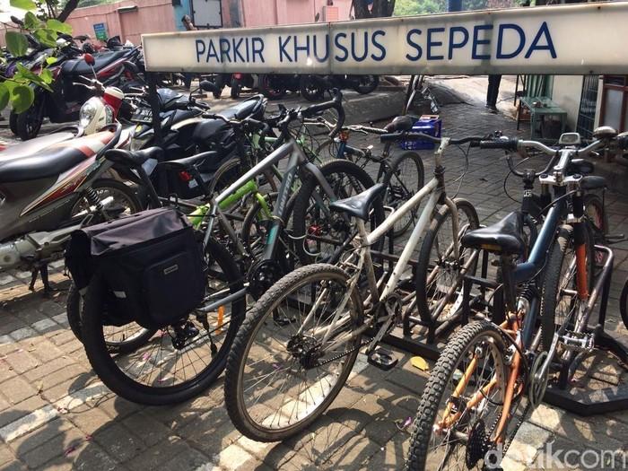 Parkir sepeda di mal Taman Anggrek Jakarta Barat