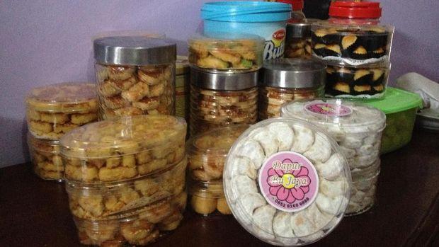 Sebagian kue lebaran yang dibuat oleh Bu Jaya