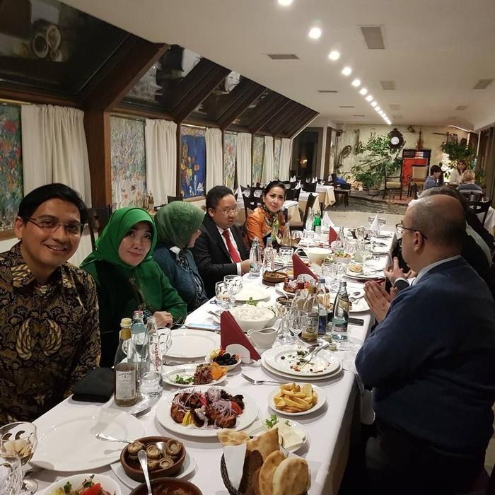 Lewat akun instagramnya @luckyhakimofficial, pria kelahiran Cilacap ini sering mengunggah foto saat kulineran. Kalau foto ini diambil saat Lucky menikmati jamuan makan di Belgia. Foto: instagram @luckyhakimofficial