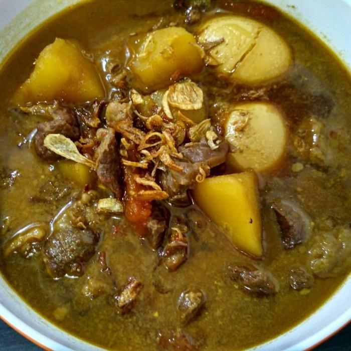 Semur daging khas Betawi milik @lilyminarosa ini terlihat begitu menggugah selera. Ada potongan kentang, telur, hingga irisan daging sapi dipadukan dengan kuah semur yang kental. Maknyus! Foto: Instagram