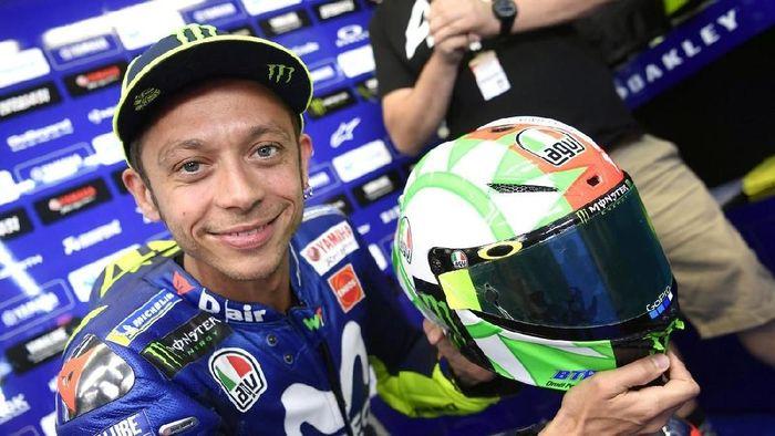 Seperti biasa, Rossi selalu mengeluarkan desain helm teranyar di tengah kejuaraan balap MotoGP. Kali ini, ia mengenalkannya di MotoGP Italia. Berikut penampakan helm terbarunya. (Foto: Twitter @AGVHelmets)