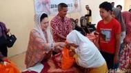 Titiek Soeharto Bagi-bagi Sembako ke Warga Merapi