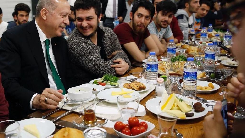 Saat Erdogan Penuhi Undangan Sahur Bareng Mahasiswa Lewat Twitter