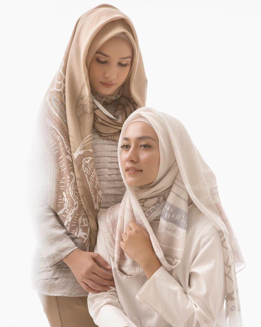 12 Pilihan Hijab Motif Karya Desainer dan Artis yang Cocok untuk