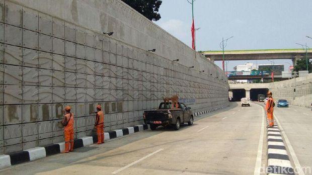 Pasukan oranye membersihkan coretan di underpass Mampang-Kuningan