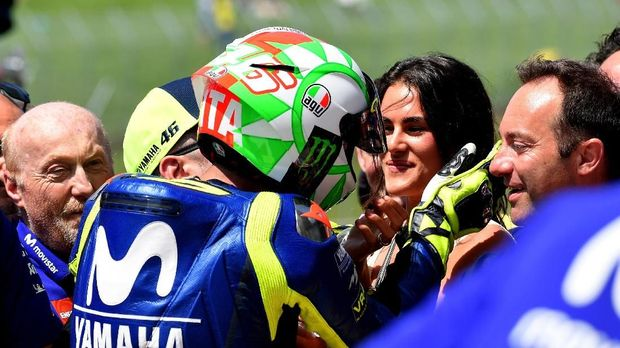 Francesca Sofia Novello mulai berani unjuk kemesraan dengan Valentino Rossi. (