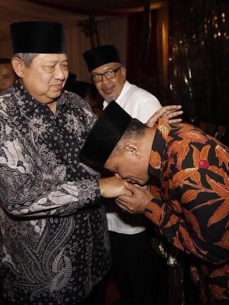 Ragam Makna di Balik Momen Cium Tangan Gatot ke SBY