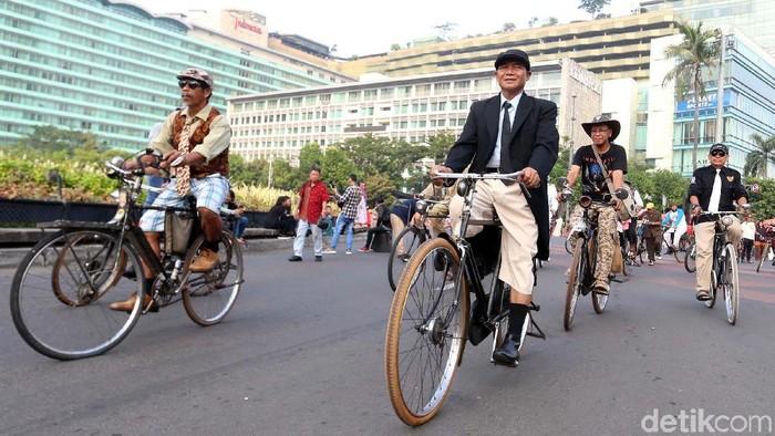 Para pecinta dan komunitas sepeda memperingati hari bersepeda internasional. Acara ini dikoordinir oleh Komunitas Sepeda Tua Indonesia (KOSTI).