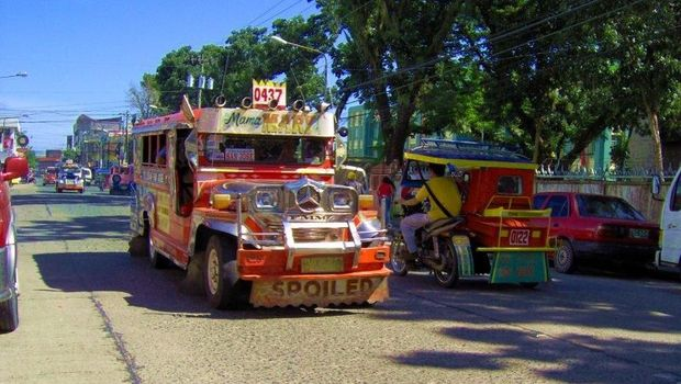 Jeepney di jalanan Manila