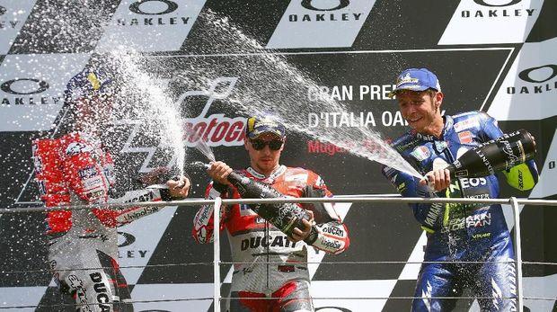 Valentino Rossi dan Jorge Lorenzo berada dalam posisi tiga besar di MotoGP Italia 2018.