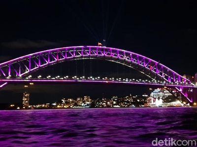 Foto: Sydney yan   g Bermandikan Animasi Cahaya