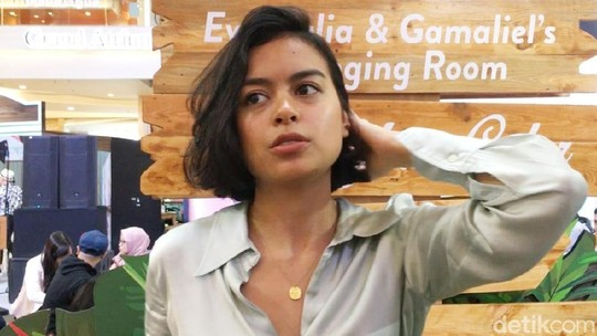 Kamera Analog Jadi Senjata Eva Celia